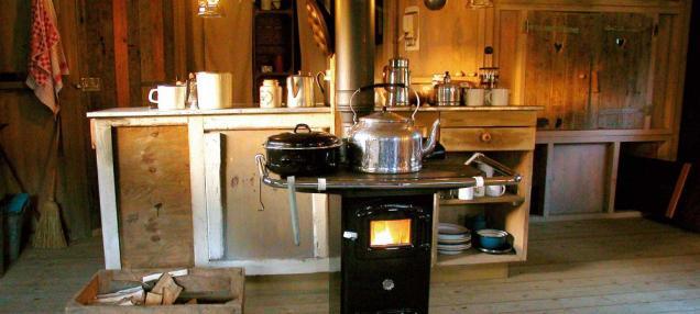 Poêle à bois et coin cuisine au glamping le Domaine de Villiers à Chassy en Centre Val de Loire