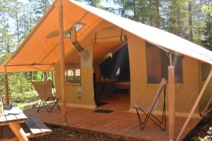 Tente Trappeur avec sa terrasse couverte au glamping Huttopia à Senonches en Centre Val de Loire