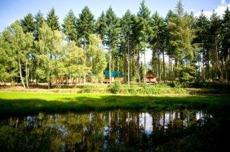 Divers hébergements Glamping au bord de l'étang de Badouleau au glamping Huttopia à Senonches en Centre Val de Loire