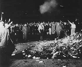 Frühjahr 1933: In allen Städten verbrennt Deutschland die Werke seiner besten Dichter und Denker