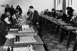 Schach-Weltmeisterin Vera Menchik beim Simultan-Spiel (auch gegen Frauen...)