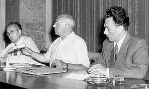 Berlin, Juli 1955: Aufbau-Verlags-Leiter Janka (r.) an einer Pressekonferenz mit DDR-Kulturminister Johannes R. Becher (Mitte) und dessen persönlichem Referenten K. Tümmler