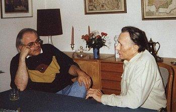 Der Autor im Gespräch mit Walter Janka (rechts)