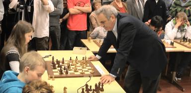 Schach-Simultan - Weltmeister Garry Kasparow gegen U-18 Jugendliche - Finnland 20213 - Glarean Magazin