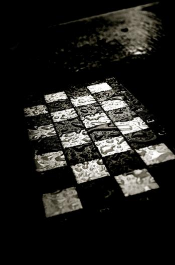 Tablero de ajedrez bajo la lluvia nocturna - Revista Glarean