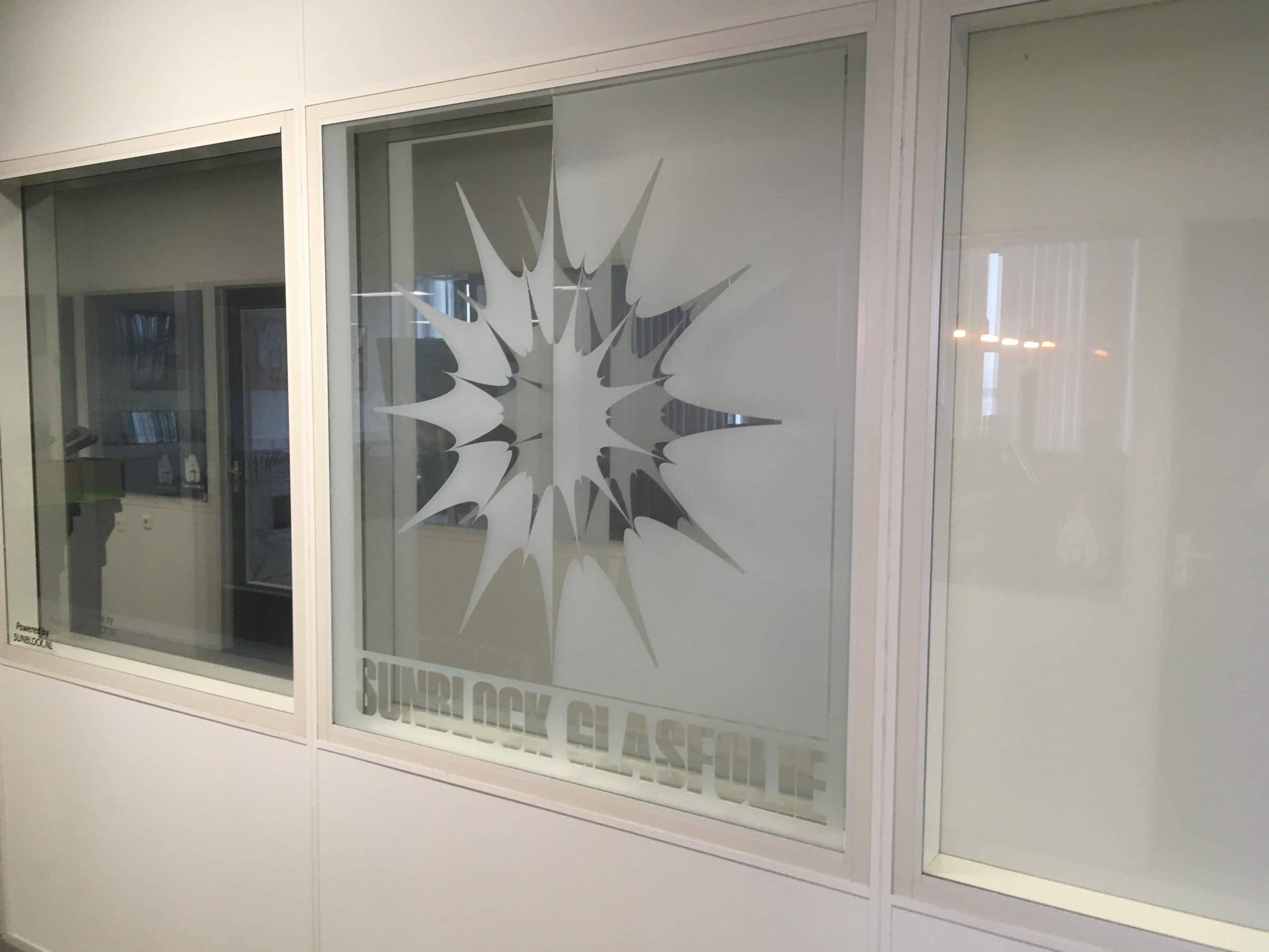 Privacy glasfolie voorzien van logo, teksten of kaders. Voor u op maat gemaakt