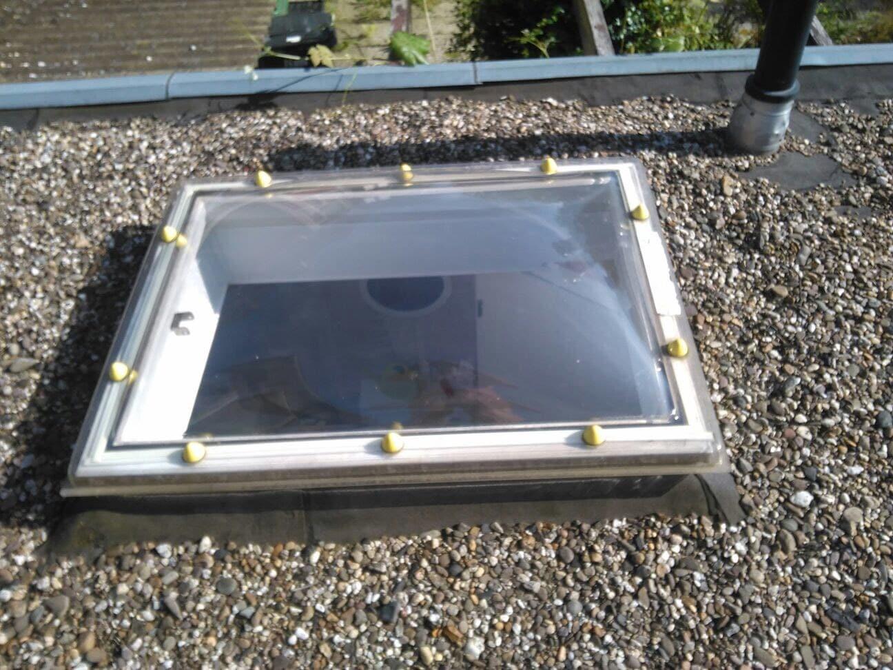 Kunststof panelen voorzien van Sunblock Zilver 20 worden onder lichtkoepels gemonteerd teneinde zonnewarmte te reflecteren. Deze oplossing is makkelijk te verwijderen op een later tijdstip indien nodig
