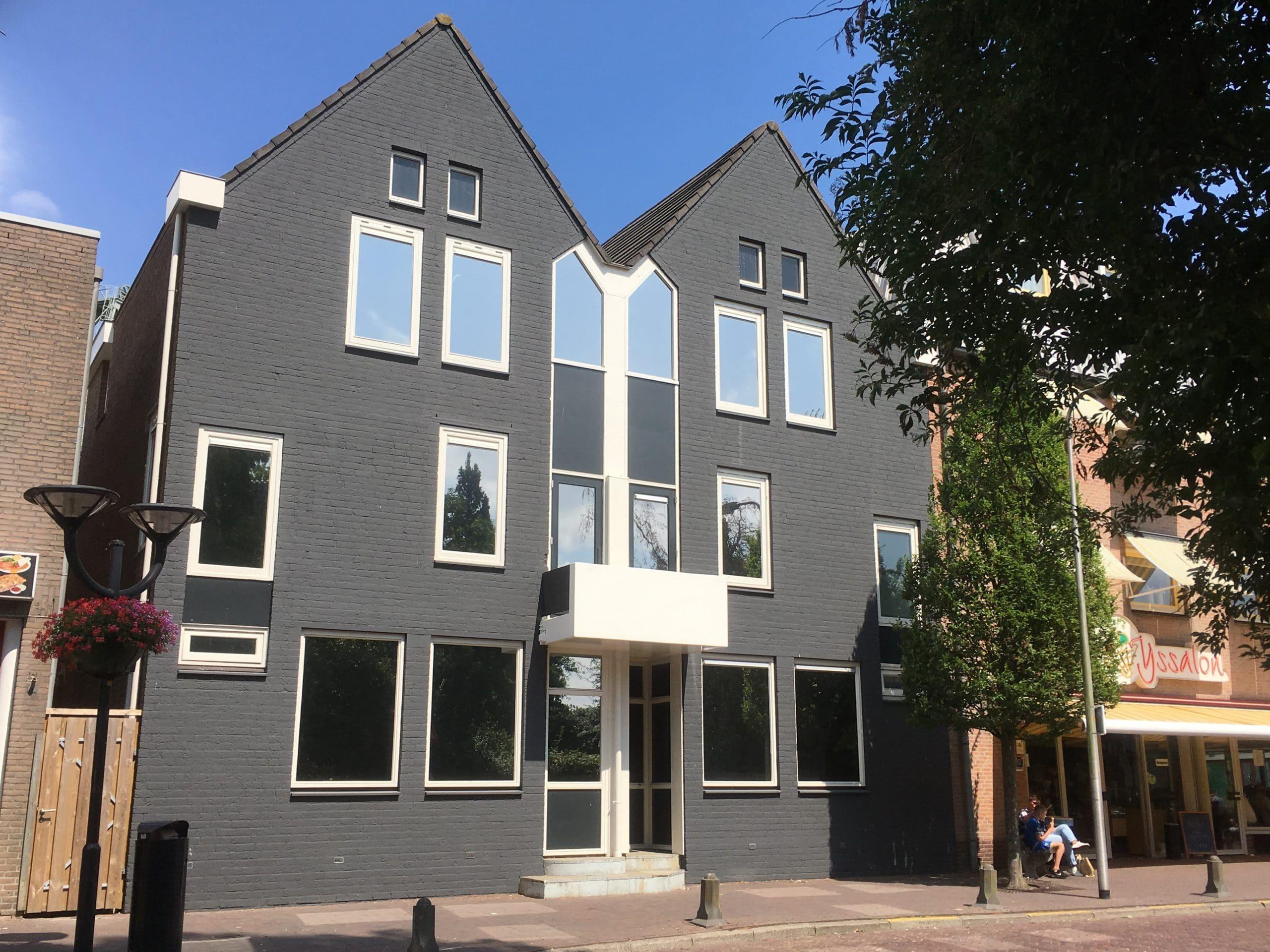 Boskoop - Hotel voorzien van Stainless Steel 15 teneinde de zonnewarmte opbouw te reduceren en de inkijk te beperken