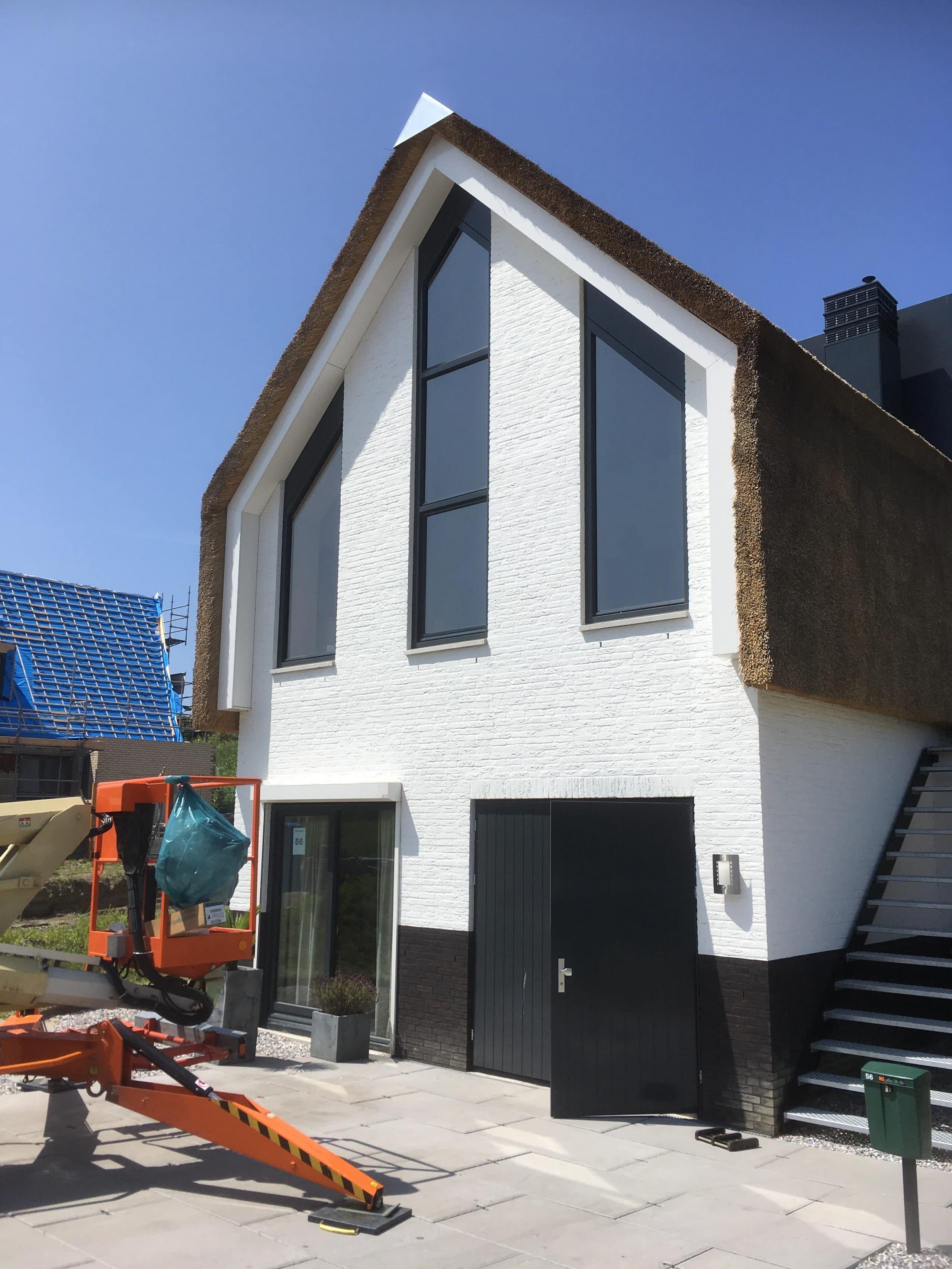 Sunblock Stainless Steel 40 gemonteerd op de ramen van een nieuw bouw woning om de zonnewarmte te reduceren