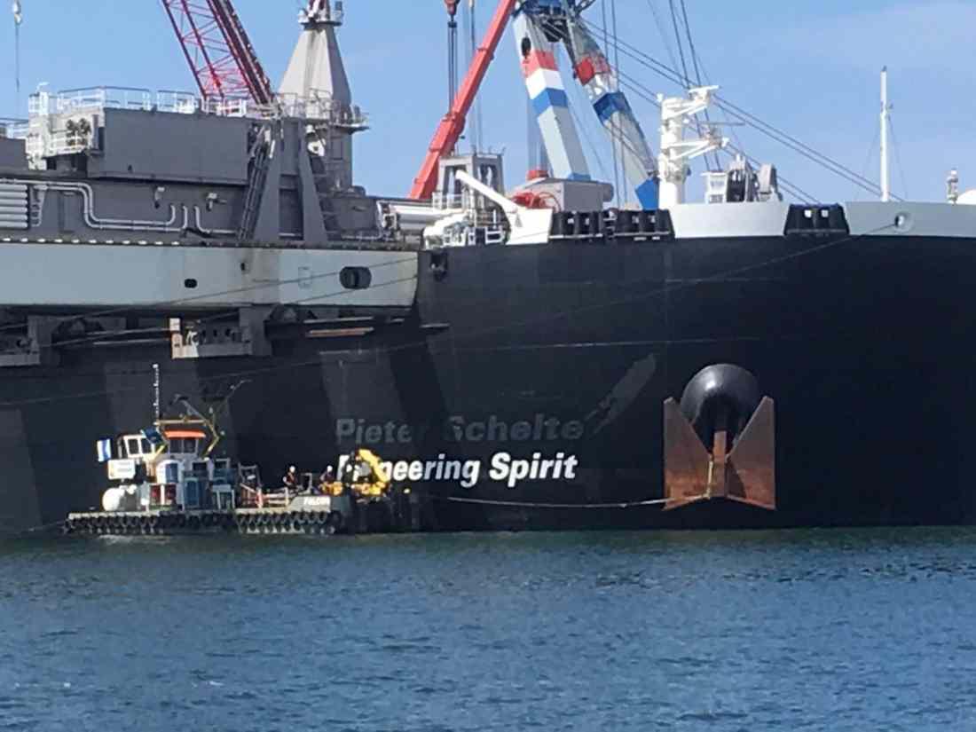 Inkijk beperkende Sunblock Zilver 20 gemonteerd aan boord van de Pioneering Spirit