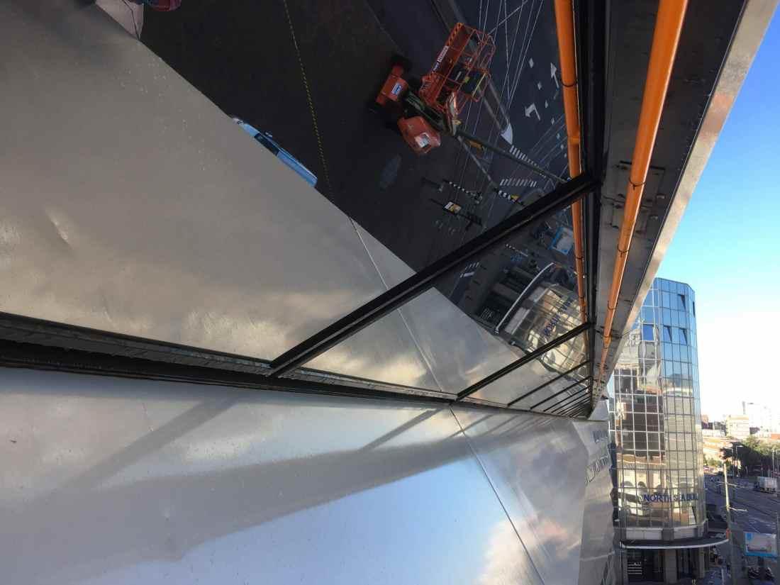 Montage van Sunblock Zilver 20 glasfolie op de buitenzijde van het glas van kantoren. Hierdoor wordt de zonnewarmte tot 86% gereduceerd !