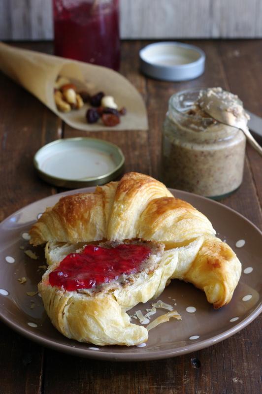 Frühstück mit Studentenfutter-Brotaufstrich