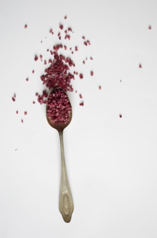 Rotweinsalz auf einem Löffel