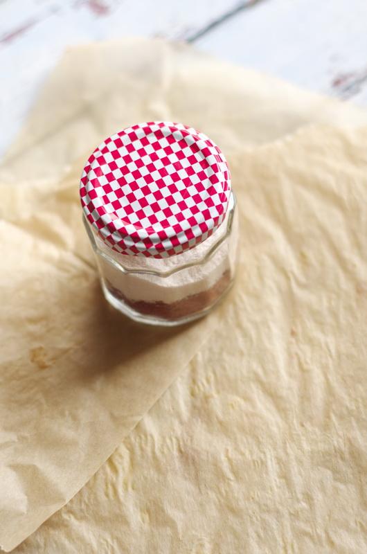 gemahlenes Salz und Tomatenschalen geschichtet