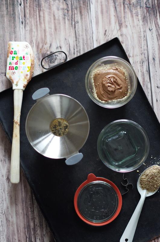 Teig fuer den Lebkuchen im Glas wird vorbereitet