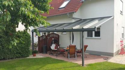 Pultdach mit Wandversatz und integrierter Hausentwässerung direkt durch das Dach
