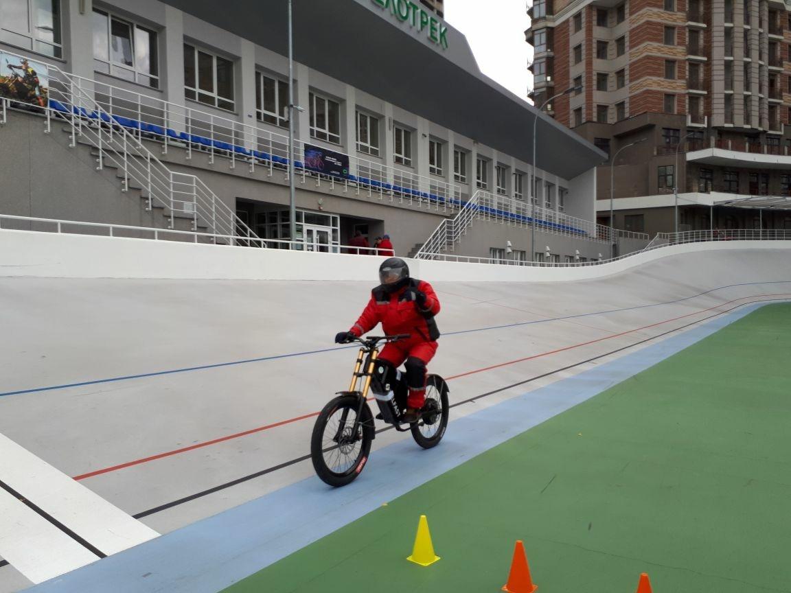На Київському велотреку український електровелосипед, електробайк DelFast, як його називають самі розробники, встановив рекорд світу з подолання дистанції на одному заряді акумулятора