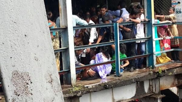 Фото: 4 - Трагедия в Индии: в давке на ж/д станции погибли ...