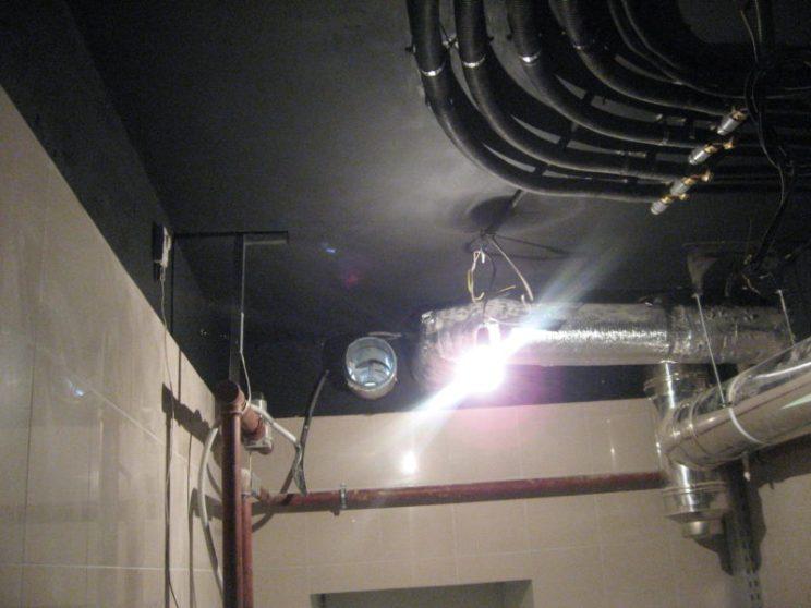 Узлы систем вентиляции и кондиционирования в подвале коттеджа
