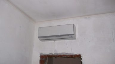 Монтаж кондиционера над дверью кабинета