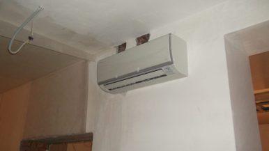 Монтаж кондиционера на стене кабинета