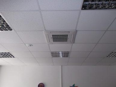 Система кондиционирования в потолке медицинского центра нового офисного здания