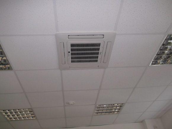 Вентиляционное оборудование на потолке.