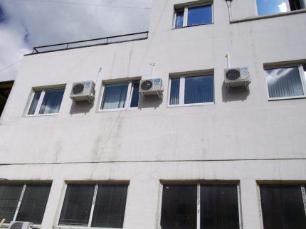 Внешние блоки кондиционеров на внешней стене 3-его этажа нового медицинского центра
