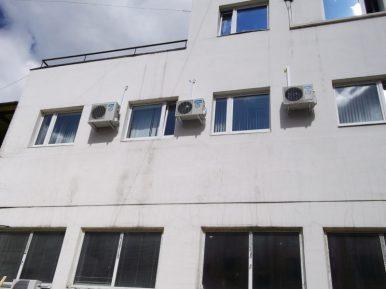 Три кондиционера на стене офиса