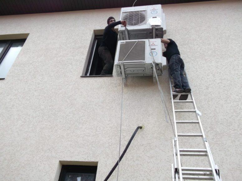 Монтаж систем кондиционирования на стене офиса
