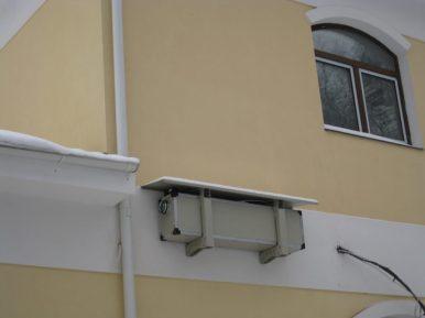Кондиционер на стене частного коттеджа в Подмосковье