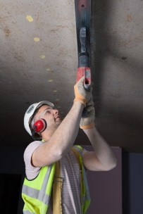 Installing the top rail of a partition wall