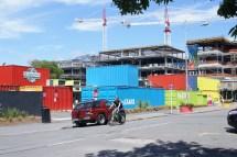 en attendant la fin de la construction des buildings alentours, ils ont créé un centre commercial dans des containers