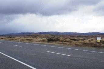 toujours sur la route avec une végétation brûlée par des millénaires d'activités volcaniques - malheureusement je n'ai pas pu prendre des photos des monts Ruapehu et Ngauruhoe à cause des nuages trop bas... mais ça sentait la neige sur les sommets