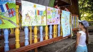"""Posterele pe tema """"Tabăra mea în marea familie UE"""". © Nelly Ciobanu/GD"""