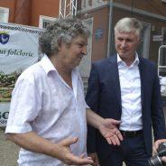 Poetul Iulian FILIP discută cu deputatul Corneliu PADNEVICI