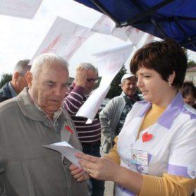 Медсестра Олеся Горпин выдает результаты анализов Николаю Бурдейному