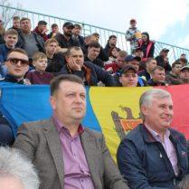 """De la stânga, în prim plan: Ion LUPAȘCU, primar, s. Mândâc; Valentin BOGHEAN, vicedirector, SRL """"Moldovatransgaz""""; Corneliu Padnevici, deputat"""