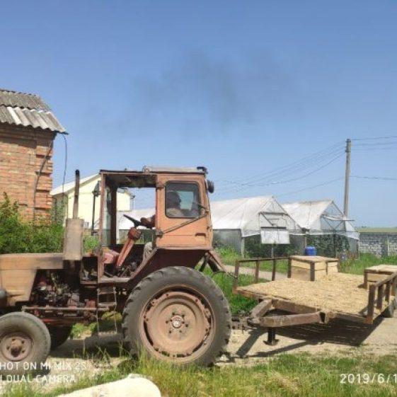 Tractorul pleacă după o nouă partidă de baloturi de paie