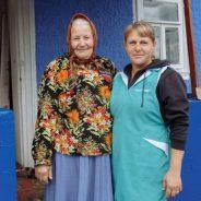 Maria PÂRŢU, lucrător social CASMED, alături de una din cei 11 beneficiari ai săi