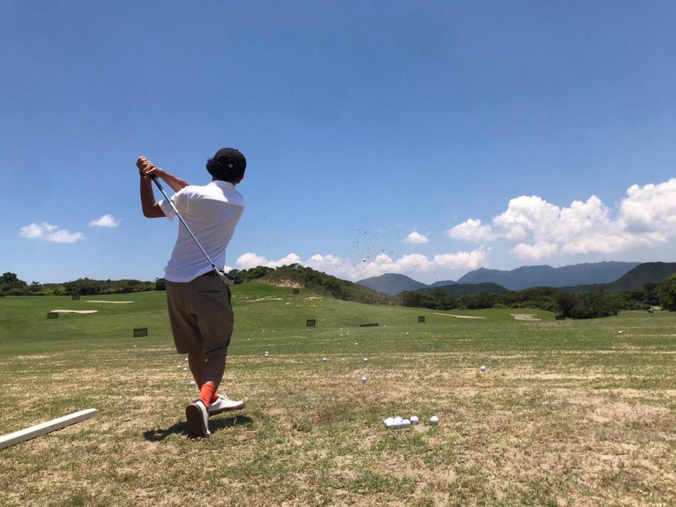 【滘西洲高爾夫球場】西貢除了是玩水上活動的勝地,原來還可以打Golf?位於西貢的滘西洲高爾夫球場是香港唯一的公眾高爾夫球場。滘西洲高爾夫球場擁有翠綠的山巒,環境十分優美!今次小編就帶大家來到滘西洲打Golf一日遊!