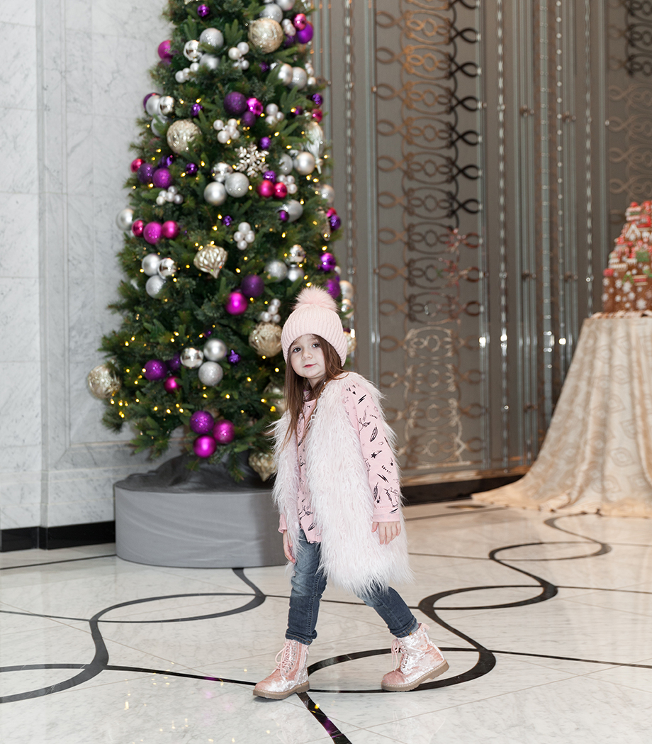 A toddler dressed in pink arrives at the Waldorf Astoria Chicago.
