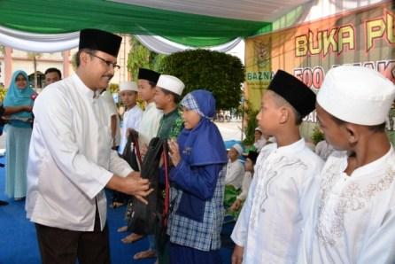 GN/RETNO ASRI LESTARI Gus Ipul menyerahkan bingkisan dan santunan secara  simbolis kepada 500 anak yatim dan dhuafa di acara buka bersama di RS Haji Surabaya, Sabtu (25/6/2016).