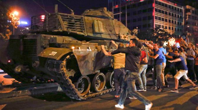 GN/Istimewa Sejumlah warga sipil Turki berusaha menghalangi lajunya tank militer yang digunakan dalam upaya kudeta terhadap pemerintahan Presiden Recep tayyip Erdogan, Sabtu 16/7/2016).