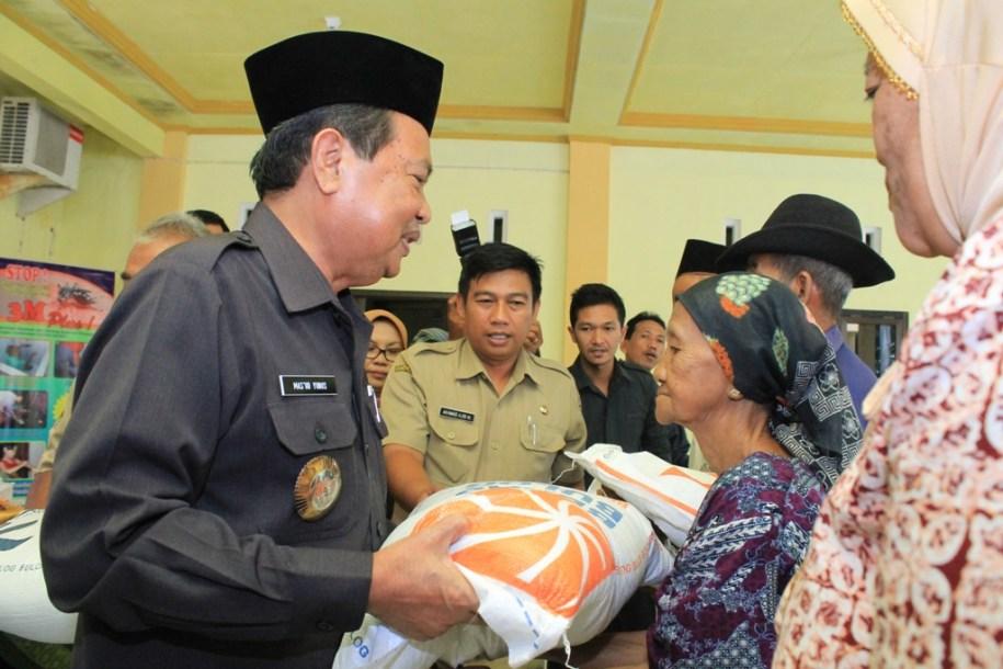 GN/Bambang Sujarwanto Walikota Mojokerto menyerahkan bantuan sembako kepada warga tak mampu.