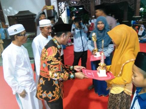 GN/Masdawi Dahlan Bupati Achmad Syafii menyerahkan hadiah pada pemenang MTQ tingkat kecamatan.