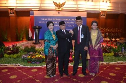 GN/Noer Laela SERAH TERIMA KEPALA BI JATIM: Benny Siswanto (2 dari kiri) bersama Difi Ahmad Johansyah mengepalkan tangannya seusai serah terima jabatan Kepala Kantor Perwakilan Bank Indonesia (BI) Jawa Timur.