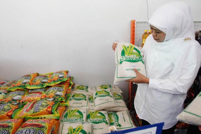 CEK BERAS DI DC BULOG: Mensos Khofifah IP mengecek beras di Distribution Center Bulog Sub Divre V Surabaya Selatan (Mojokerto-Jombang).
