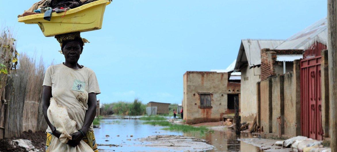 Cette mère de cinq enfants a décidé de déménager, craignant que sa maison ne s'écroule après avoir été inondée.