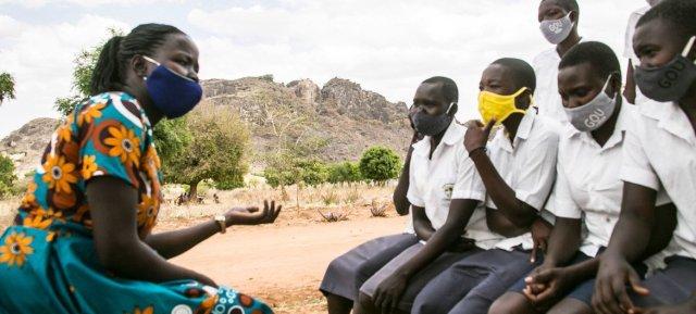 Des écolières ougandaises discutent de la violence à l'égard des femmes avec un mentor.